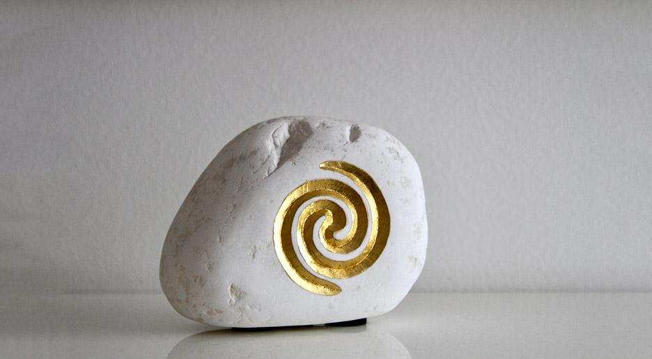 Ein Stein mit einem Symbol fuer Feng Shui und Geomantie